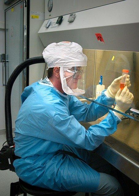 microbiologist-1332292_640